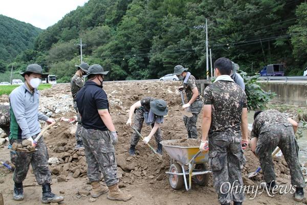 지난달 24일 태풍 '오마이스'의 영향으로 피해를 입은 경북 포항시 죽장면 봉계리에서 군인들이 2일 오후 대민봉사를 하고 있다.