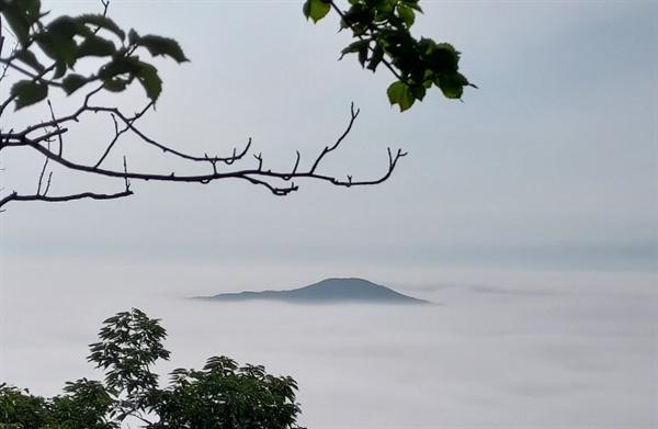 함허동천 등산로를 오르다 보면 탁 트인 산마루의 시원한 바람과 손에 닿을 것 같은 구름을 함께 감상할 수 있는 암릉 구간은 명품중의 명품전망이다. 내안에 구름을 또 구름 안에 나를 담을 수 있다.