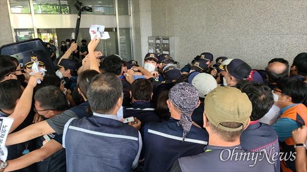 양경수 민주노총위원장 구속과 관련, 민주노총대전본부는 3일 오후 더불어민주당 대전시당사를 항의방문했다. 사진은 경찰의 봉쇄에 의해 건물 안으로 진입하지 못해 몸싸움을 벌이고 있는 장면.