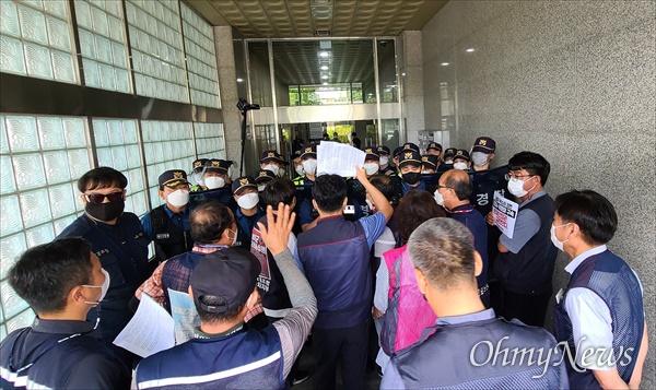 양경수 민주노총위원장 구속과 관련, 민주노총대전본부는 3일 오후 더불어민주당 대전시당사를 항의방문했다. 사진은 경찰의 봉쇄에 의해 건물 안으로 진입하지 못해 항의하는 장면.