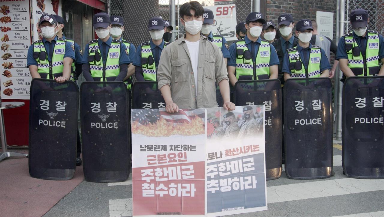 오산공군기지 정문에서 경인대진연 김태민 회원이 1인시위를 진행하고 있다.