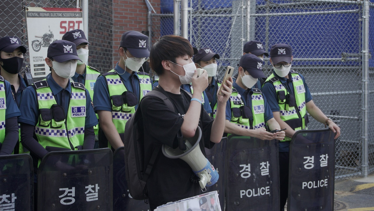경인대진연 김주현 회원이 거리발언을 진행하고 있다.