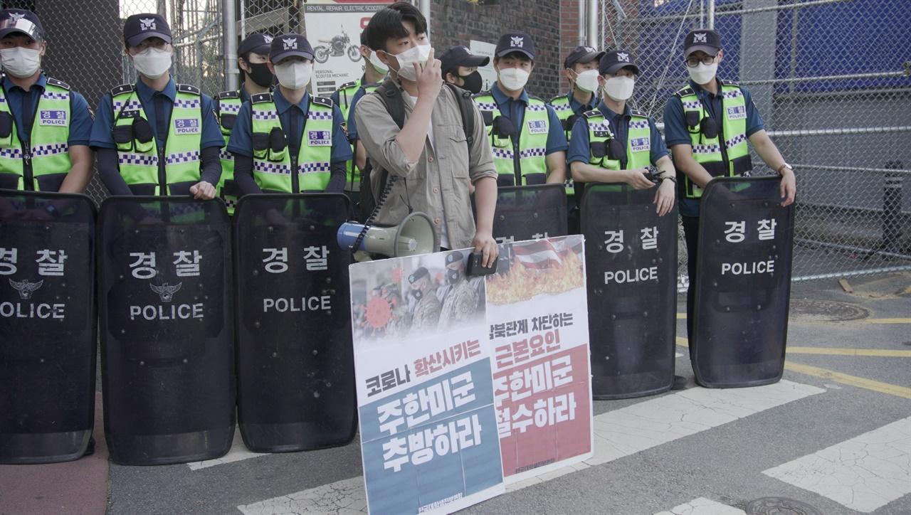 김태민 경인대진연 회원이 거리발언을 진행하고 있다.