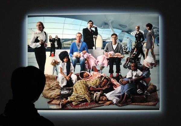 """AES+F. I """"신성한 우화, 춤"""" 종이에 라이트젯 프린트, 디아섹 160×224cm 2012. 이 작가들은 왜 국제공항을? 다른 문화권과 다양하게 만나는 """"혼종""""의 장소이기 때문이다."""