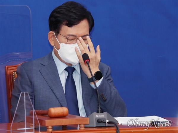 더불어민주당 송영길 대표가 6일 서울 여의도 국회에서 열린 최고위원회의에서 참석자들의 발언을 들으며 생각에 잠겨 있다.