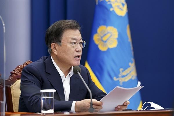 문재인 대통령이 6일 청와대에서 조선산업 성과와 재도약 전략을 의제로 열린 수석보좌관회의에서 발언하고 있다.