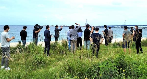 6일 더불어민주당 대선 후보인 박용진 의원이 강릉안인화력발전소가 건설되는 현장을 찾아 둘러보고 있다.