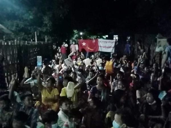 사가잉주 사린질시(Salingyi) 렉바던타웅(Letpadaungtaung)지역에서 밤 반독재 시위