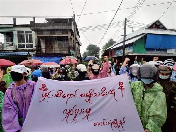 타닌타리 주 라운롱시(Laung Lone Township) 빗속에서 여성들의 반독재 시위