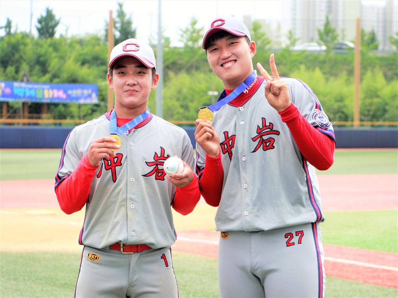 고교야구 선수로서 마지막 대회를 우승으로 장식한 두 선수. 왼쪽이 충암고 송승엽 선수, 오른쪽이 이주형 선수.