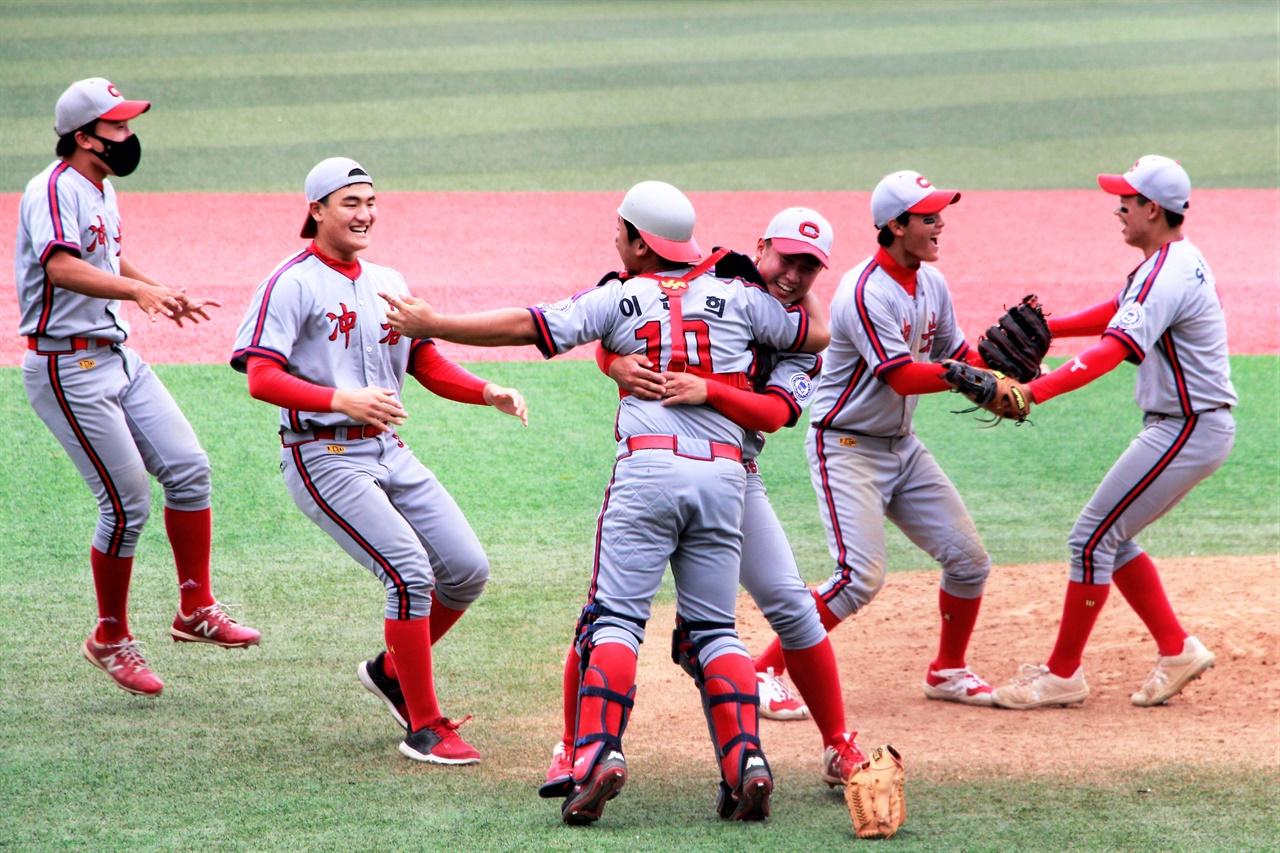 청룡기 전국고교야구대회에서 우승을 거둔 순간, 충암고 선수들이 서로 얼싸안고 기뻐하고 있다.