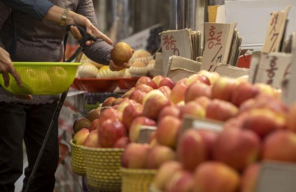 소비자물가 상승세가 꺾이지 않으면서 추석 물가에 비상이 걸렸다. 통계청에 따르면 8월 소비자물가는 작년 동월대비 2.6% 올라 지난 4월 이후 5개월째 2%대 상승세를 지속했다. 사진은 지난 3일 청량리 청과물시장 모습.