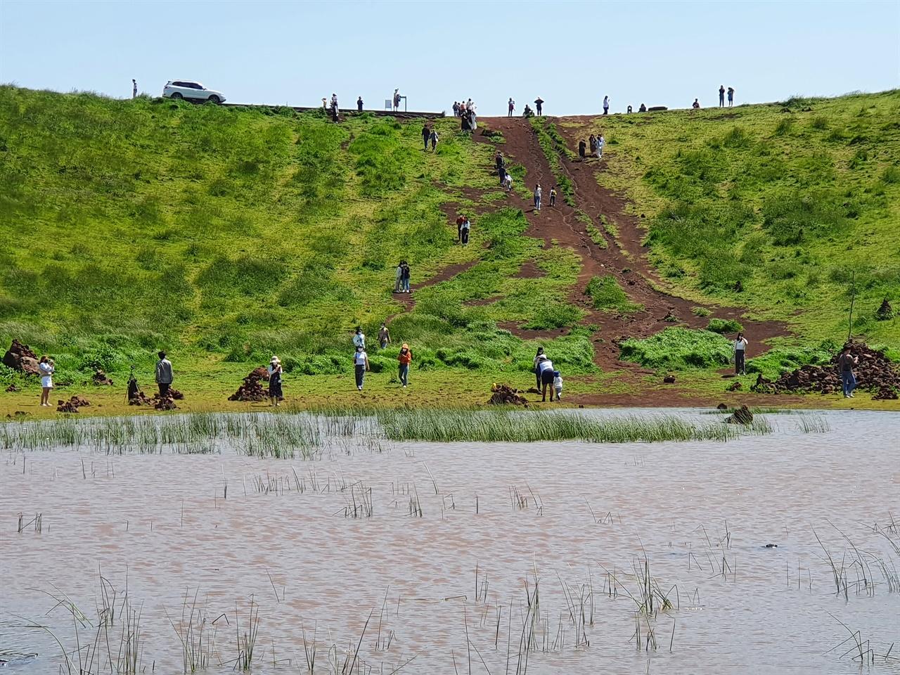 금오름의 인파 인생사진을 찍기 좋은 곳이라는 소문이 나면서 최근 관광객이 많이 몰리고 있다.