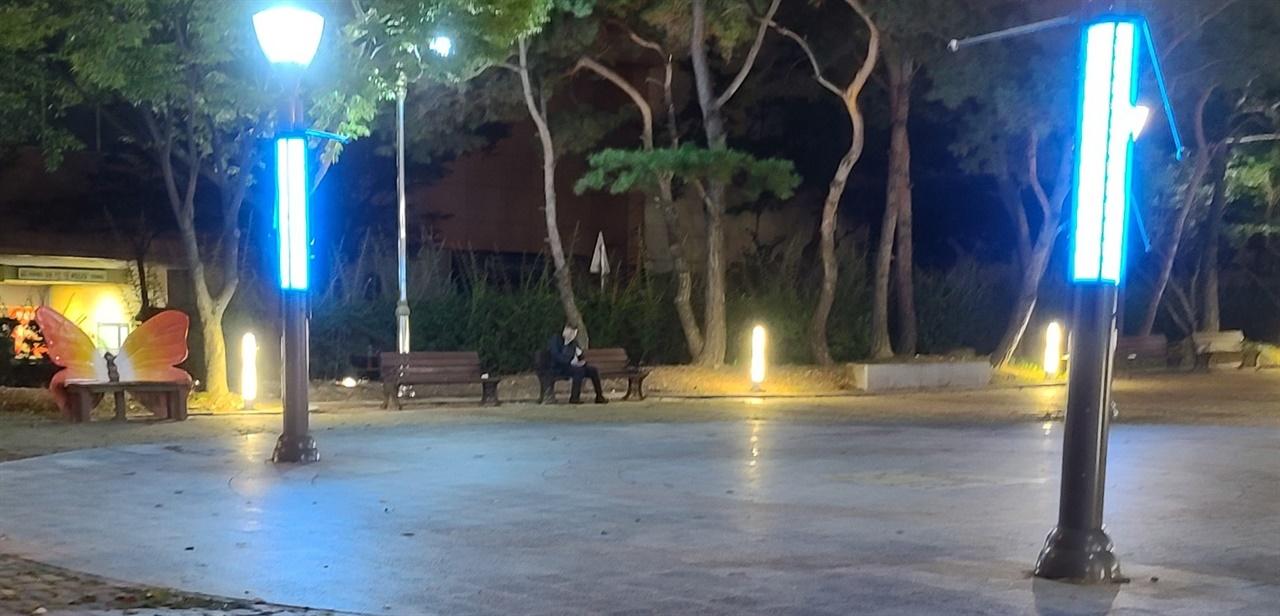 한 대리기사가 아무도 없는 공원에서 콜을 기다리고 있다