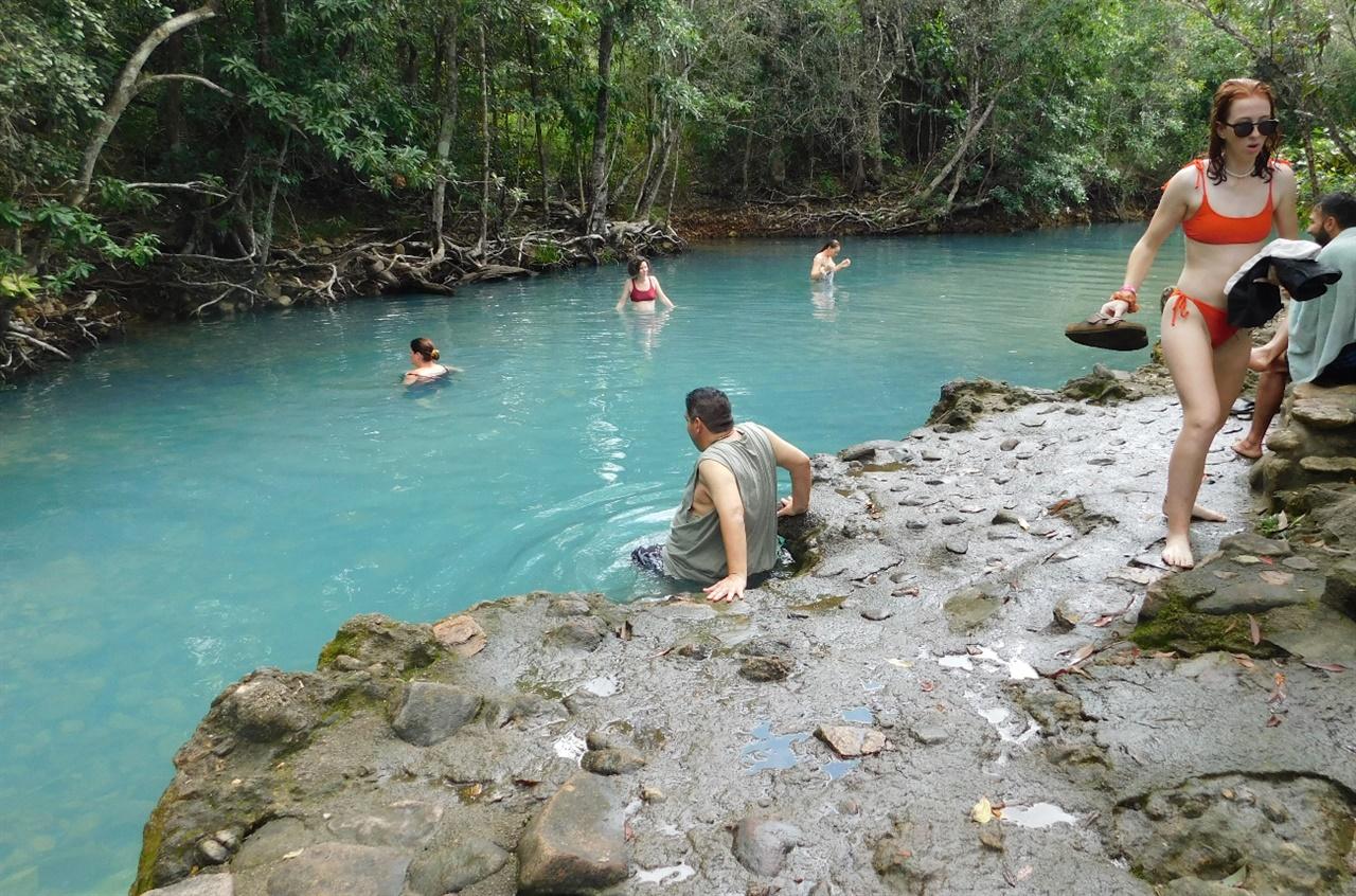 물 색깔이 유별난 스파 풀(Spa Pool), 관광객이 많이 찾는 곳이다.