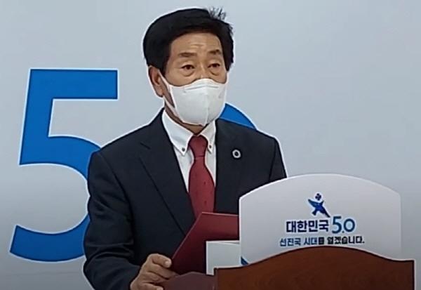 박사모가족 이희철 회장이 지난 5일 각 보수단체 회장단과 함께(방역지침으로 49인 이하만 참석) 홍준표 후보 선거켐프에서 홍 후보 지지선언을 하고 있다