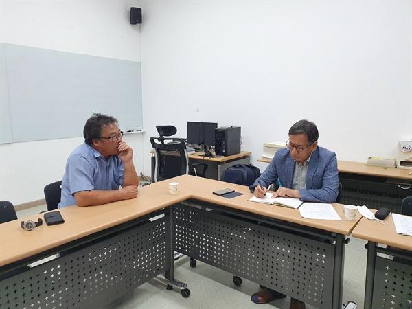유재흠 부안군 우리밀 영농조합법인 대표(왼쪽)와 인터뷰 하는 필자