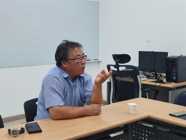 인터뷰 하는 유재흠 부안군 우리밀 영농조합법인 대표