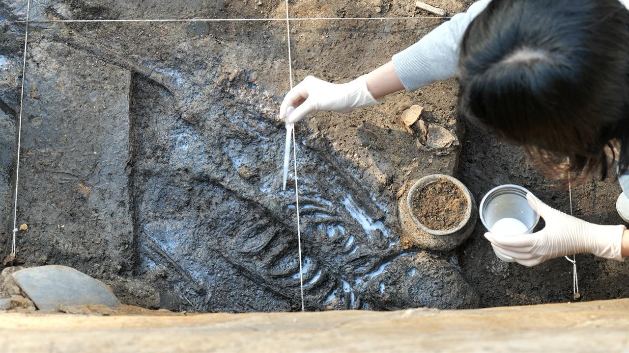 신라 왕성 월성에서 발굴된 인골 월성 서성벽 구간에서 발견된 인골에 경화처리를 하고 있다.