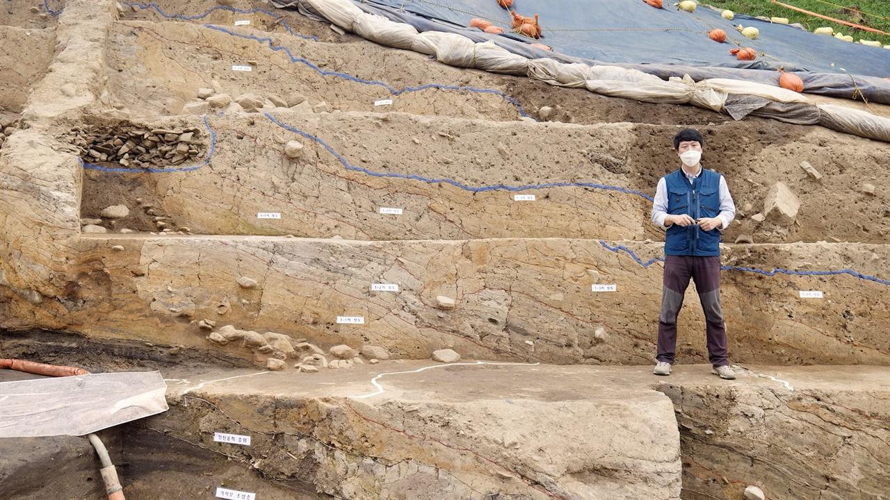 월성 발굴조사 현장 장기명 학예연구사(국립경주문화재연구소)가 월성 서성벽구간 발굴조사에 대한 설명을 하고 있다.