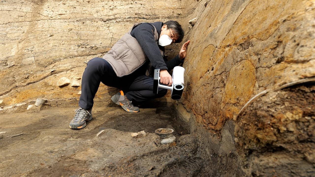 신라왕성 월성 발굴현장 신라 왕릉 월성에서 발굴된 인골에 대한 3D 스캔작업을 하고 있다.