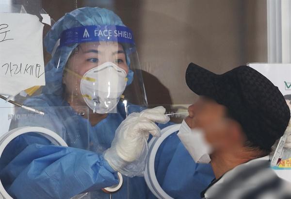 8일 오전 서울역 중구임시선별검사소를 찾은 시민이 코로나19 진단 검사를 받고 있다. 중앙방역대책본부는 이날 0시 기준 신규 확진자가 2천50명 늘어 누적 26만5천423명이라고 밝혔다. 2021.9.8