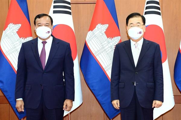정의용 외교부 장관(오른쪽)이 8일 외교부청사에서 쁘락 소콘 캄보디아 부총리 겸 외교장관과 회담을 갖고 기념촬영하고 있다.
