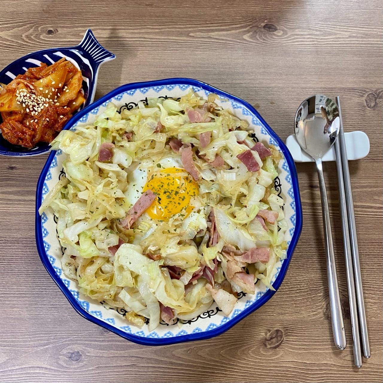 양배추 덮밥, 그런데 베이컨과 계란을 곁들인 양배추 덮밥, 그런데 베이컨과 계란을 곁들인
