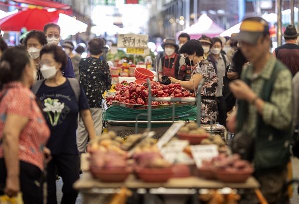 소비자물가 상승세가 꺾이지 않으면서 추석 물가에 비상이 걸렸다. 통계청에 따르면 8월 소비자물가는 작년 동월대비 2.6% 올라 지난 4월 이후 5개월째 2%대 상승세를 지속했다. 사진은 3일 청량리 청과물시장 모습.