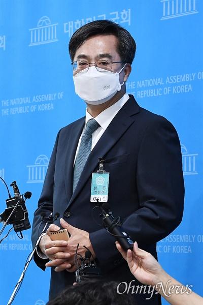 김동연 전 경제부총리가 9일 서울 국회 소통관에서 대선 출마 선언 기자회견을 하고 있다.