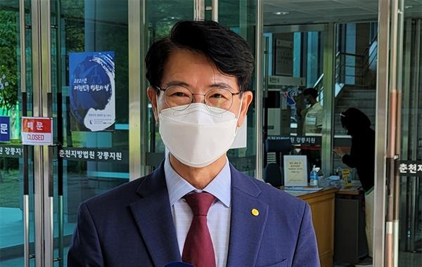 9일 김한근 강릉시장이 춘천지방법원 강릉지원의 항소심 선고가 끝난 뒤 기자들과 인터뷰를 하고있는 모습