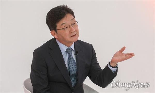 9일 오후 서울 금천구 즐스튜디오에서 열린 '국민시그널' 국민의힘 대선 경선 후보 공개면접에서 유승민 예비후보가 질문에 답변하고 있다.