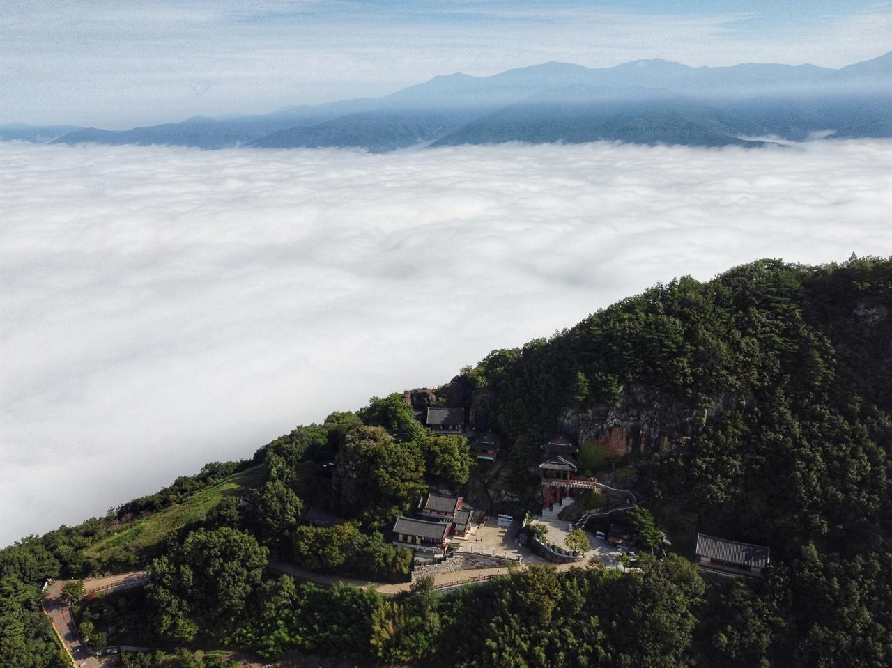 지리산 노고단 능선과 오산 사성암 사이로 펼쳐진 구름 바다