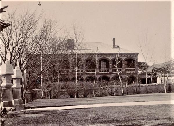 1905년 수옥헌(중명전) 1902년 이후 새롭게 건축된 수옥헌의 모습이다. 미국 공사관 쪽에서 촬영된 것으로 추정된다.