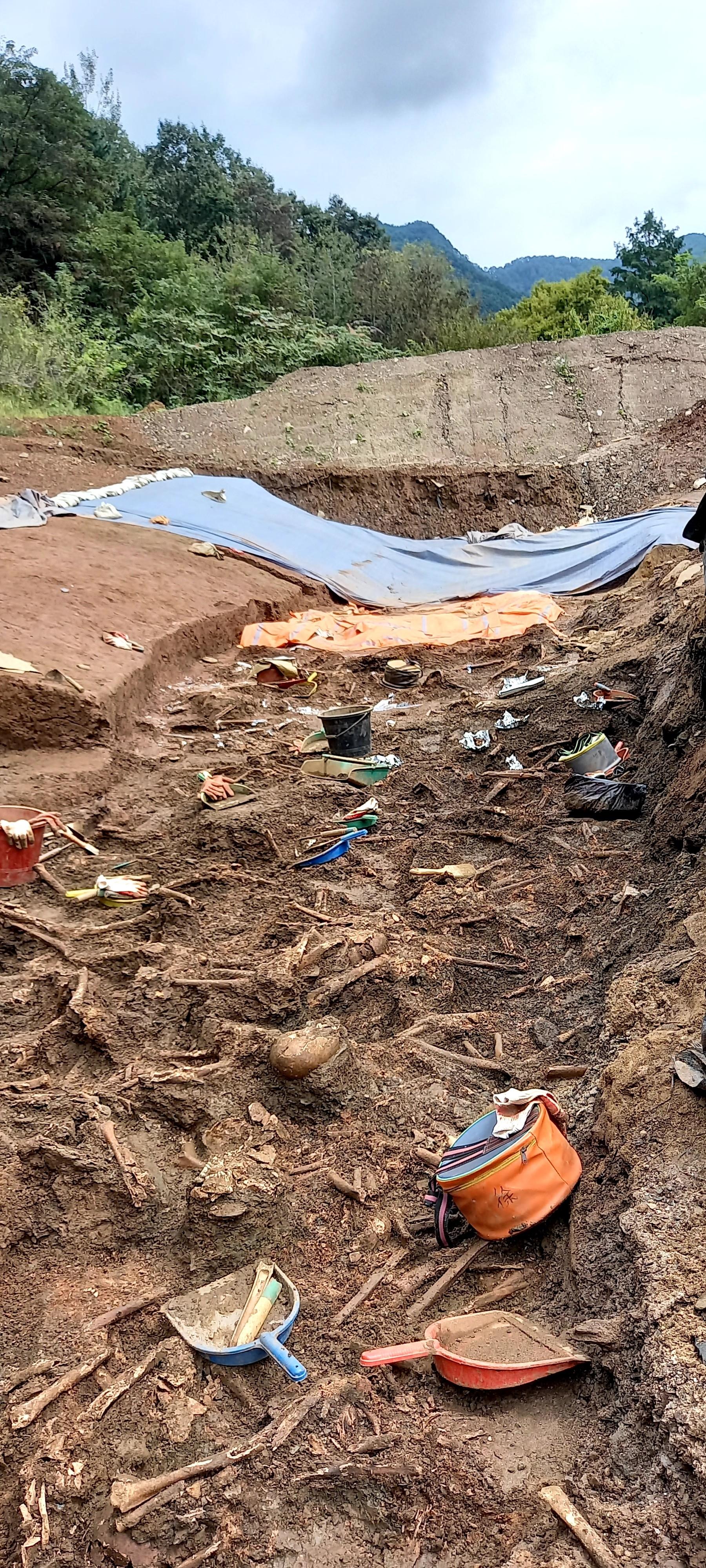 대전 골령골 유해발굴 현장. 수 십미터 구덩이에서 유해가 쏟아져 나왔다. 폭 2-3미터 남짓의 이 구덩이는 한 골이 약 100 여 미터에 이른다.