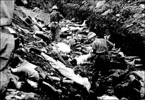 골령골 학살 사건 당시 미군에 의해 촬영된 군인과 경찰의 총살 직전 장면. 미 극동군사령부 연락장교 애버트(Abbott) 소령은 1950년 7월 골령골 학살 현장을 찍어 본국으로 보냈고, 이 자료는 비밀문서로 분류 50년동안 비공개돼 왔다.
