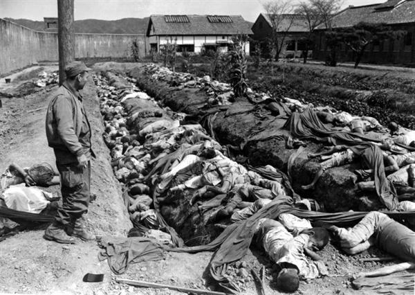 대전형무소에서 북한군에 의해 희생된 희생자들. 북한군은 대전을 점령하자 '양민을 탄압·학살한 혐의' 등으로 대전과 충남 일원에서 1500여 명을 붙잡아 대전형무소에 수감했다. 북한군은 퇴각 직전인 1950년 9월 25일 새벽부터 27일까지 3일간 수감자들을 집단 처형했다. 정치보위부 간부가 심사 및 처형 명령을 내렸고, 인민군과 정치보위부원, 내무서원이 총살을 집행했다. 조사 결과 충남지역 우익인사 희생자는 1557명이었다.
