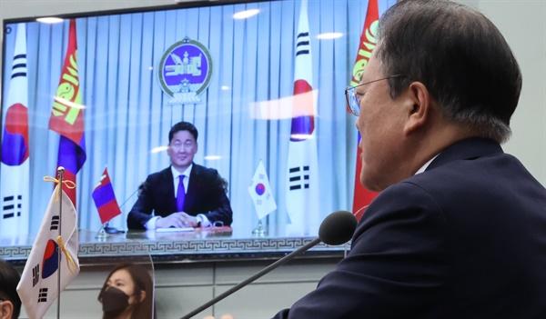 문재인 대통령이 10일 청와대 영상회의실에서 우흐나 후렐수흐 몽골 대통령과 화상 정상회담을 하며 인사말을 하고 있다.