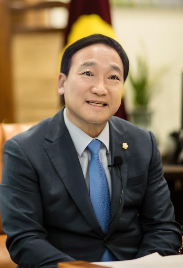 원유민 화성시의회 8대 의장을 의장실에서 만났다.