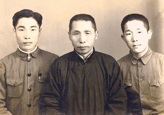 백범 김구와 그의 아들들. 왼쪽이 장남 김인, 오른쪽이 차남 김신이다.
