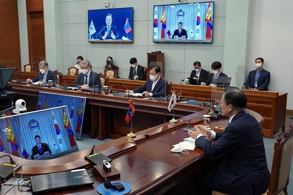 문재인 대통령이 10일 청와대에서 열린 우흐나 후렐수흐 몽골 대통령과의 화상 정상회담에서 인사말을 하고 있다.