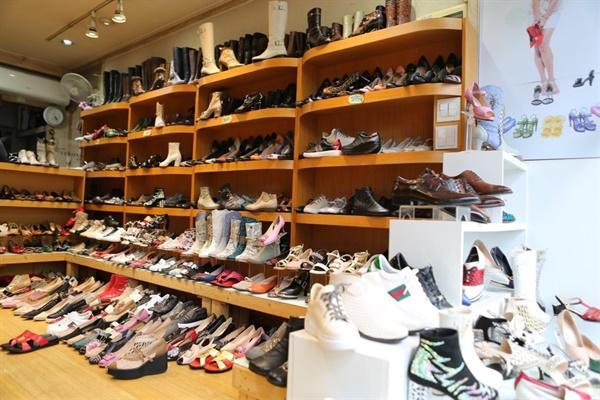 도현동 사장이 디자인해서 만들어 낸 여자 신발(여자 신발은 백화점에 납품하기 시작한 1986년부터 만들기 시작했다.)