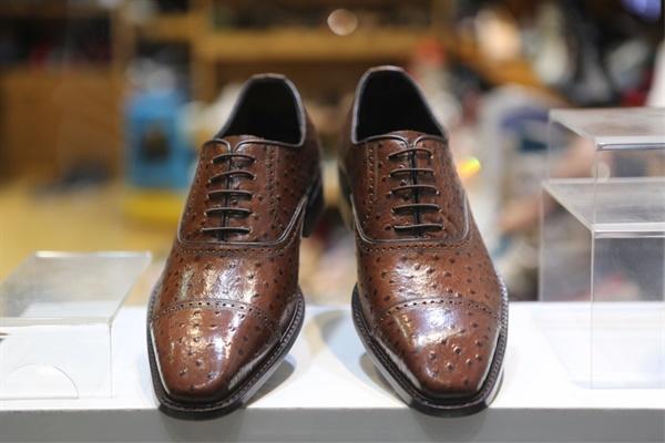 신발의 안과 겉면 바닥까지 최고의 가죽으로 만든 타조 가죽 신발.?????? 베로나 수제화에서 가장 비싼 신발이다.