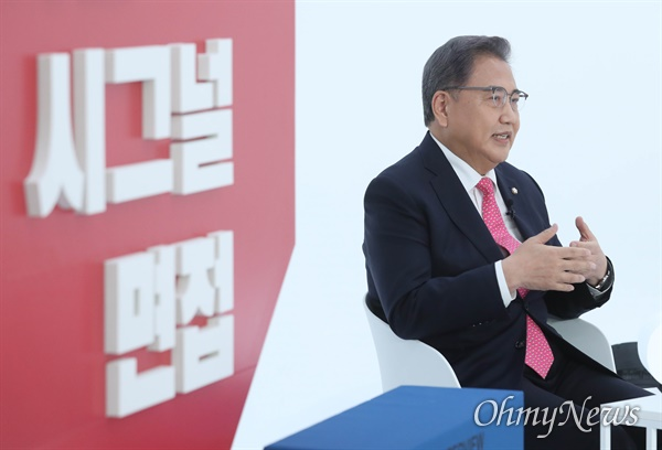 국민의힘 박진 대선 경선 후보가 10일 오후 서울 금천구 즐스튜디오에서 열린 '국민 시그널 면접'에서 질문에 답하고 있다.
