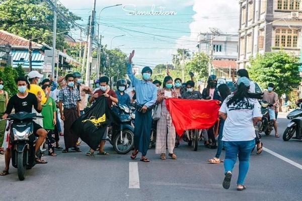 만달레이에서 총대학생들의 반독재 시위