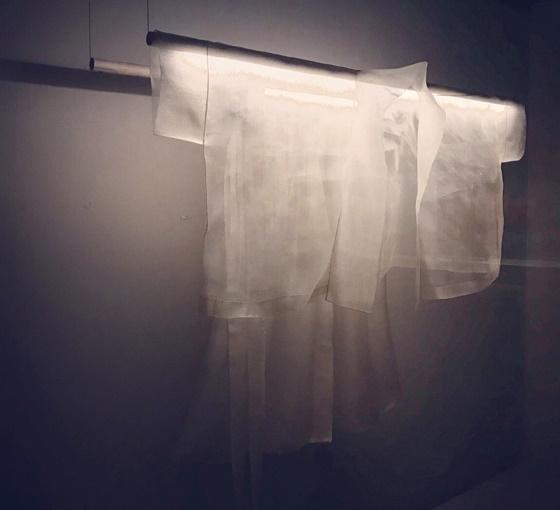 이영희 '구름' 1990. 현대 패션과 수묵의 예술성이 만나다. 사진 비엔날레 제공