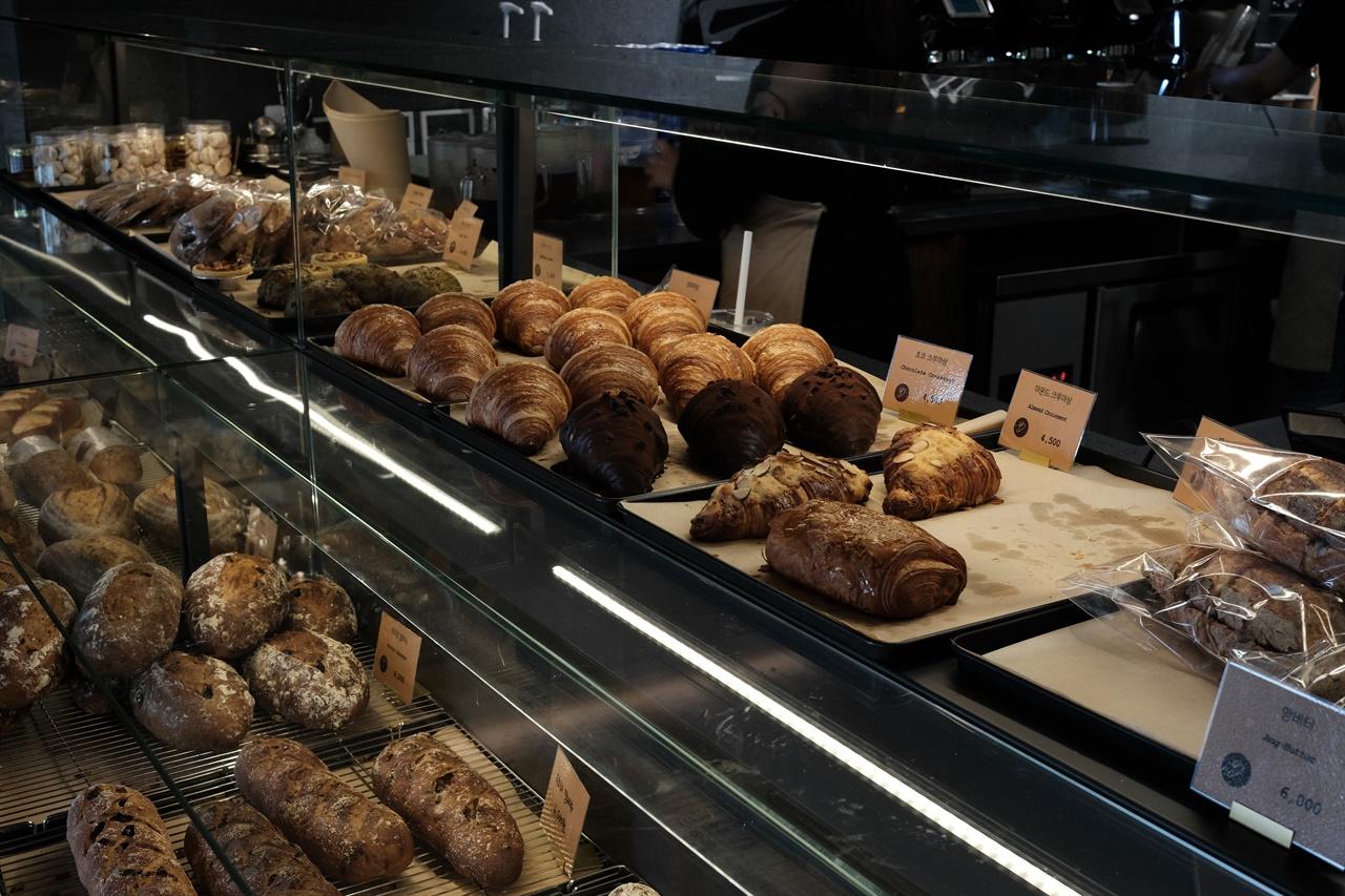 초소책방 빵 진열대