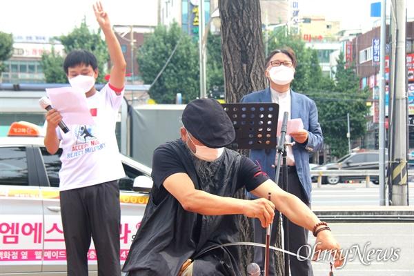 """한국미얀마연대, 경남이주민센터, 경남미얀마교민회는 12일 오후 창원역 광장에서 """"미얀마 민주주의 연대 28차 일요시위""""를 벌였다. 사진은 진효근 톱연주가."""