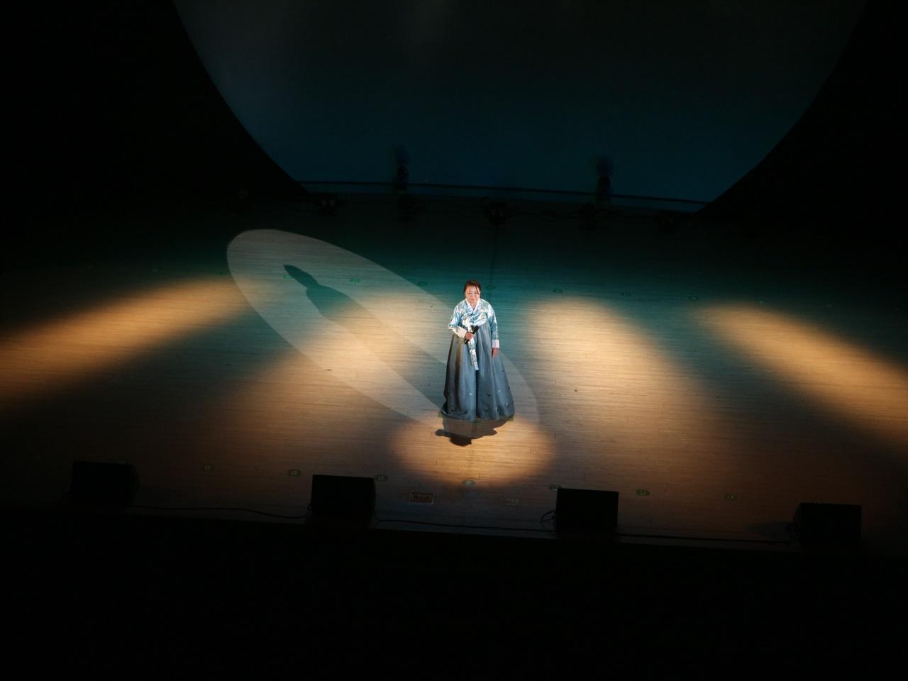 한국 가요 뽐내기 한복을 곱게 차려 입고 무대에 오른 참가자