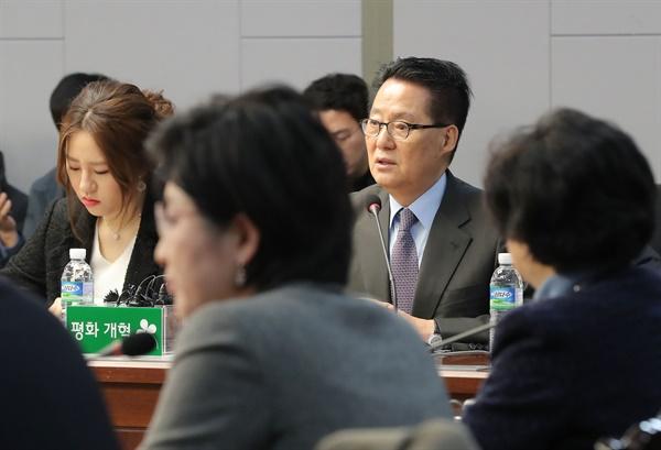 2018년 1월 12일 국회 의원회관에서 열린 국민의당지키기운동본부 전체회의에 당시 박지원 의원(현 국정원장)과 조성은 전 국민의당 비대위원(고발사주의혹 제보자)이 참석하고 있다.